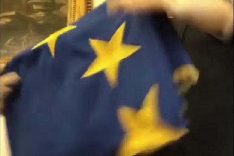 Bandiera dell'Unione Europea ripiegata dal vicepresidente della Camera Rampelli