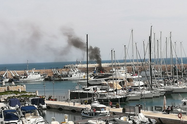 Imbarcazione a fuoco nei pressi del molo. <span>Foto Vito Troilo</span>