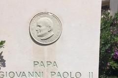 Ripulita la stele di San Giovanni Paolo II