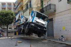La gru cede e solleva il camion
