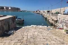 «Cassette di polistirolo abbandonate nelle acque del porto»