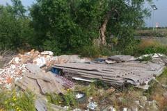 Strada del Carro: duecento metri di rifiuti e la task force che non funziona