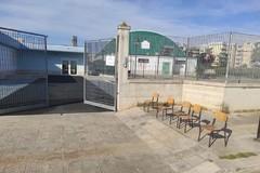 """Sedie per separare gli scolari dagli utenti dell'hub vaccinale, singolare """"protesta"""" alla Falcone-Borsellino"""