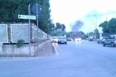 Dueruote in fiamme nei pressi dell'imbocco della 16 bis