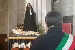 Il sindaco Angarano in preghiera al cospetto dell'Addolorata