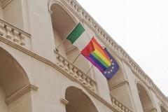 Giornata internazionale contro l'omofobia, bandiera arcobaleno su Palazzo San Domenico
