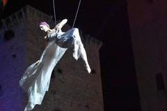 Spettacolo di danze aeree a Calici nel Borgo Antico