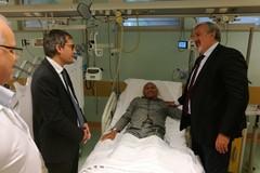 Emiliano e Angarano visitano in ospedale l'agente di Polizia Locale aggredito