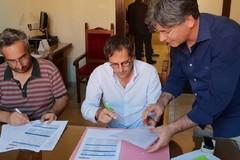 Vittorio Fata passa le consegne del bilancio al nuovo sindaco Angelantonio Angarano