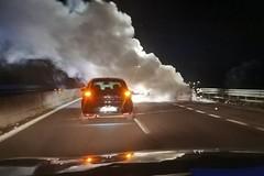 Auto in fiamme sulla statale 16 bis. Lunghe code in direzione sud