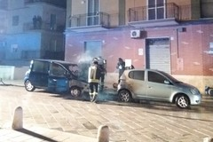 Due auto in fiamme in via Trento