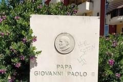 Deturpata stele commemorativa di San Giovanni Paolo II