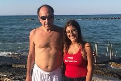Giovanissima bagnina di Baywatch soccorre un uomo in difficoltà in mare