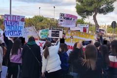 Manifestazione degli studenti dell'istituto Dell'Olio