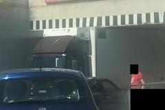 Camion incastrato sotto il ponticello di via Ruvo