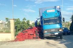 Buca sul suolo stradale, camion perde grosso carico di ciliegie