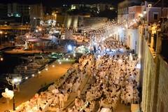 Cena en blanc, oltre 900 partecipanti per una serata da cartolina sul waterfront