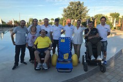 La solidarietà... finisce in acqua: Bisceglie Running e Bosch donano una sedia da mare per disabili alla Cooperativa Kairos