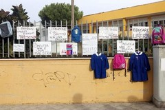 Zaini, grembiuli e cartelli di protesta davanti alle scuole biscegliesi
