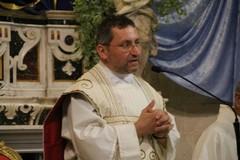 Chiesa troppo piccola, don Mauro Camero sposta la messa di Natale in palestra