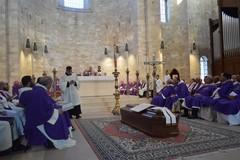 Il consiglio comunale apre con un minuto di silenzio per onorare la memoria di Monsignor Pichierri