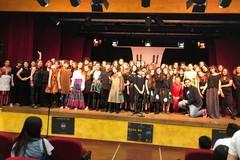 Gli studenti della Battisti-Ferraris sul palco con un testo teatrale in lingua francese