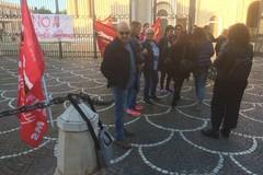 Protesta degli addetti alle pulizie di Universo Salute contro «i tagli da fame»