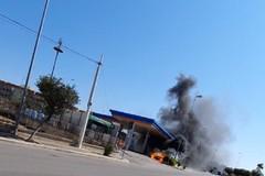 Auto in fiamme davanti al distributore di benzina in via Salvemini