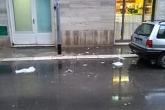 Cadono calcinacci dai balconi a causa della pioggia battente e del forte vento
