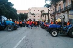 I trattori dei gilet arancioni in piazza Vittorio Emanuele II