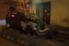 Rogo d'auto in una traversa di via Imbriani