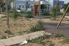 «Sporcizia e degrado nel parco giochi adiacente l'ospedale»