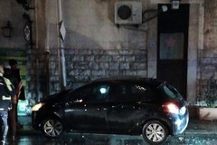 Perde il controllo dell'auto e sbatte contro un palo dell'illuminazione