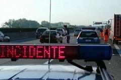 Tir distrugge auto del 113 impegnata in un soccorso: incidente sulla A14 in territorio di Bisceglie