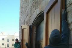 Concluso il restauro del portone ligneo della torre normanna
