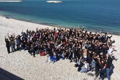 """Dalle parole ai fatti: gli studenti del liceo """"da Vinci"""" ripuliscono spiaggia e quartiere"""