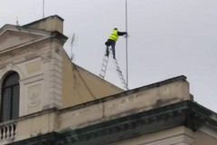 """«Lavori senza """"paracadute"""" sul tetto di un edificio pubblico». La denuncia social di Francesco Spina"""