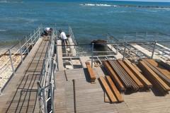 «Stiamo rimontando la rampa per far accedere i disabili in spiaggia»