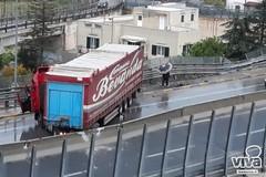 Camion in bilico su un viadotto a Trani, disagi e rallentamenti sul tratto biscegliese della statale 16 bis