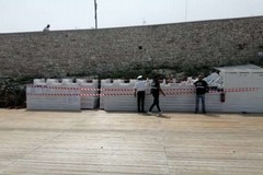 Tratto di spiaggia inibito al libero utilizzo, la Guardia Costiera sequestra arredi sul litorale di Ponente