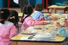 Mense scolastiche, l'amministrazione: «Da lunedì miglioramento bastoncini di pesce nelle scuole»