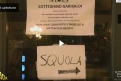 Striscia scivola sul cartello di Squola Garibaldi