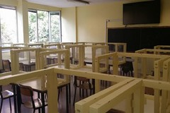 Pannelli di plexiglas in classe, insegnanti contrari