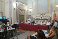 Il consiglio comunale dichiara Spina incompatibile. Fra 10 giorni la decadenza