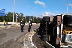 Camion si ribalta sulla Corato-Bisceglie