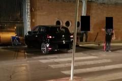 Auto esce di strada e travolge palo della segnaletica