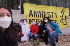 Amnesty International pianta delle lantane all'esterno della biblioteca dell'Opera Don Uva