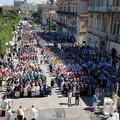 Cammino delle confraternite: un fiume colorato di fede e tradizione invade Bisceglie
