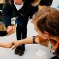 Bebe Vio insegna al piccolo Domenico come usare la protesi mioelettrica