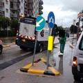 L'asfalto è (troppo?) fresco e la spazzatrice s'incaglia